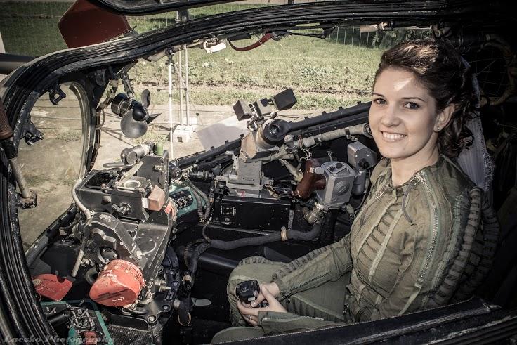 Gyönyörű női fegyverkezelő-operátor
