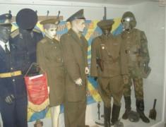 Egy vitrinrészlet: tiszti és sorkatonai tábori egyenruhák